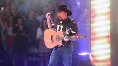 Garth Brooks plans on Dive Bar Tours, despite canceling stadium shows